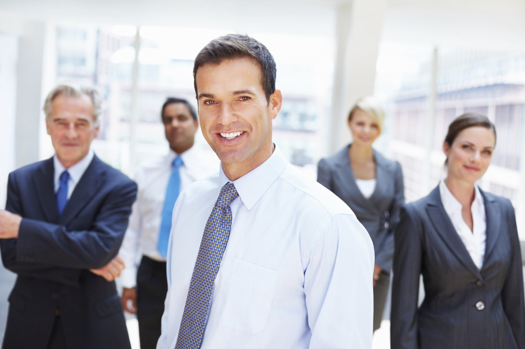 Business-executive-with-team-